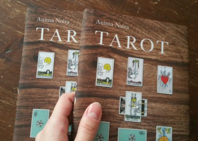 dva výtisky knihy tarot