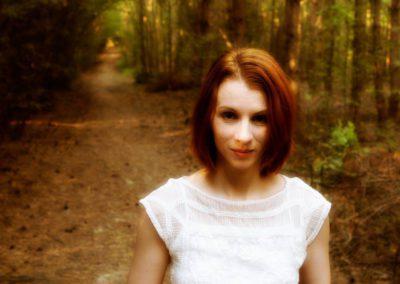 Noira z čarovného zrcadla na slavné fotografii na křižovatce v lese