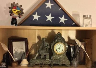 Tajný oltář předků jako výstavka v polici