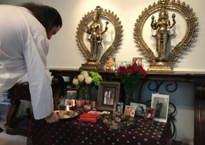 Úlitba předkům v hinduistickém chrámu