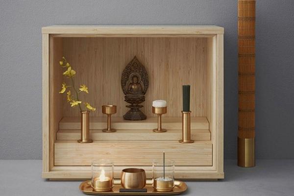 Praktický miniaturní domácí oltář předků navrhla japonská firma