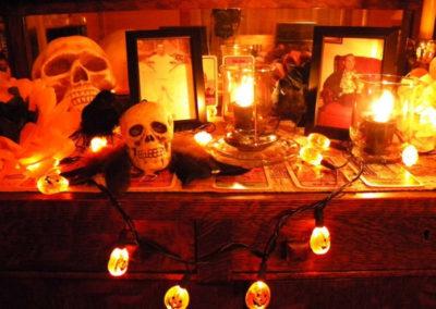 Oltář současné čarodějnice vystrojený na Halloween