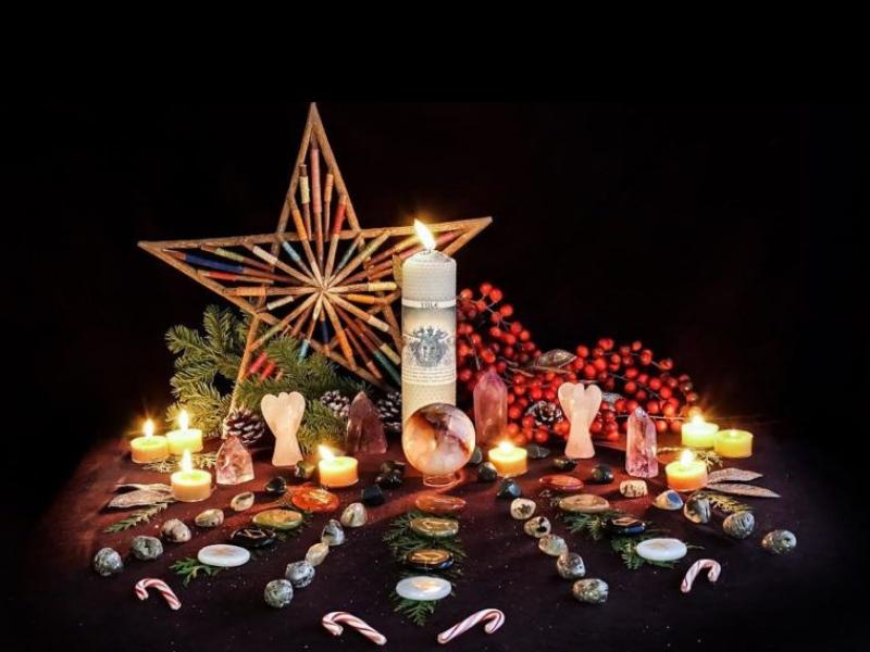 Příklad vánočního oltáře, kterému dominuje velká hvězda
