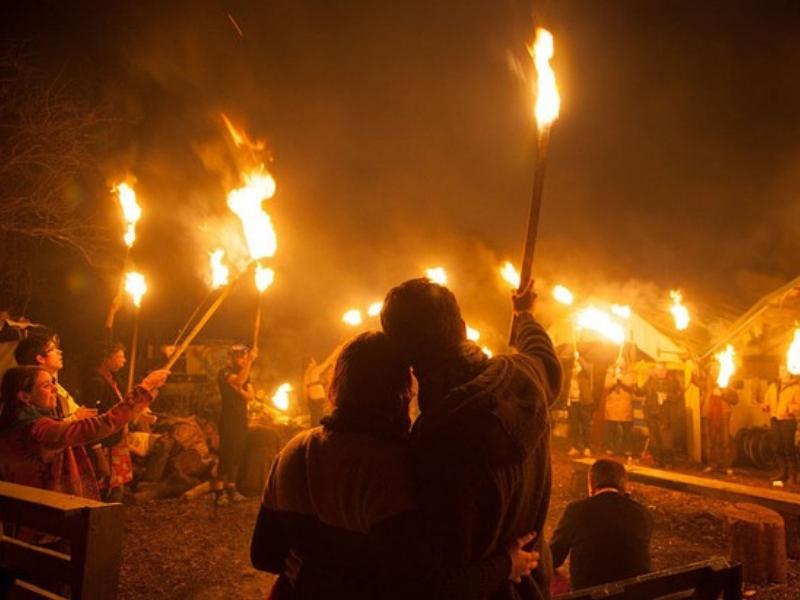 Oslava zimního slunovratu na britských ostrovech se soustředí okolo ohně