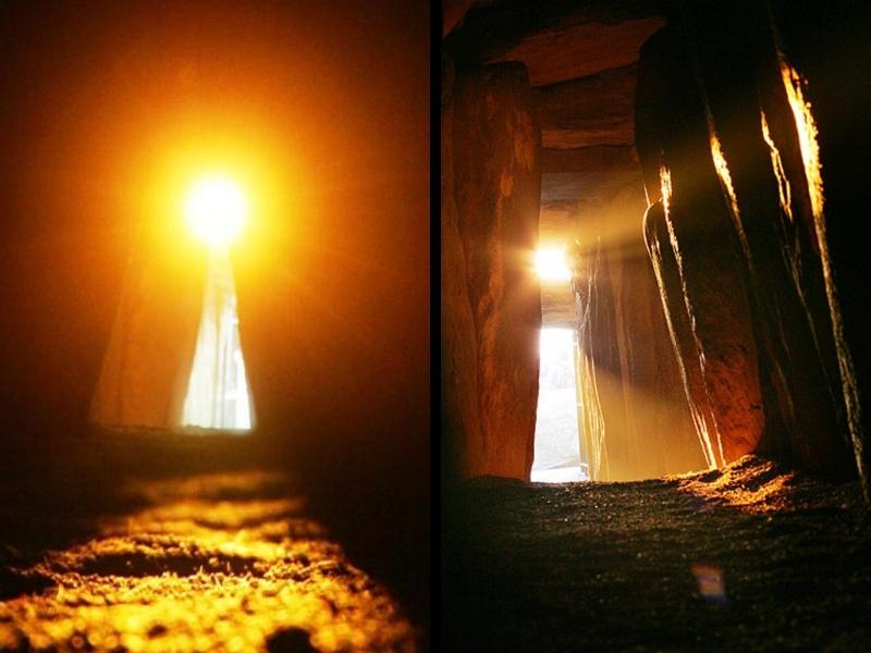 Sluneční světlo proniká do hloubi pravěké hrobky v Newgrange o zimním slunovratu