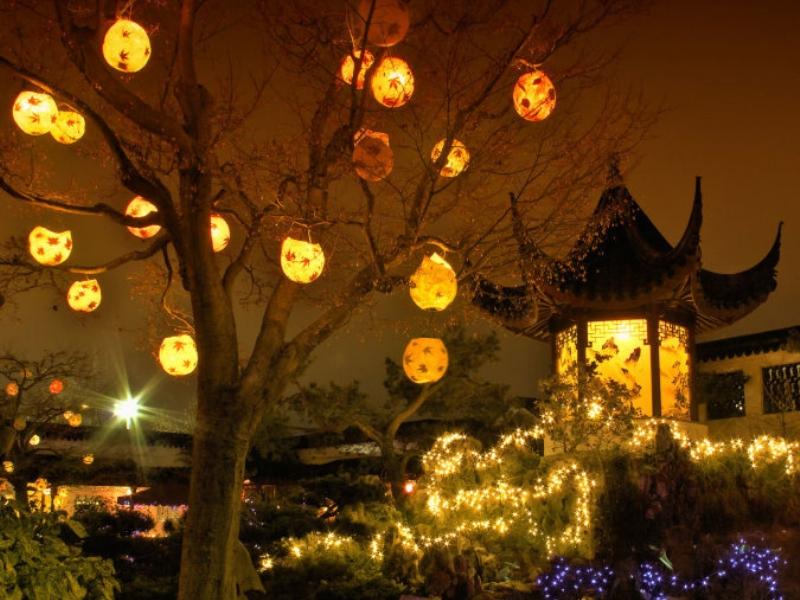 Rozsvícené lampiony v zimní zahradě v čínském centru v kanadském Vancouveru