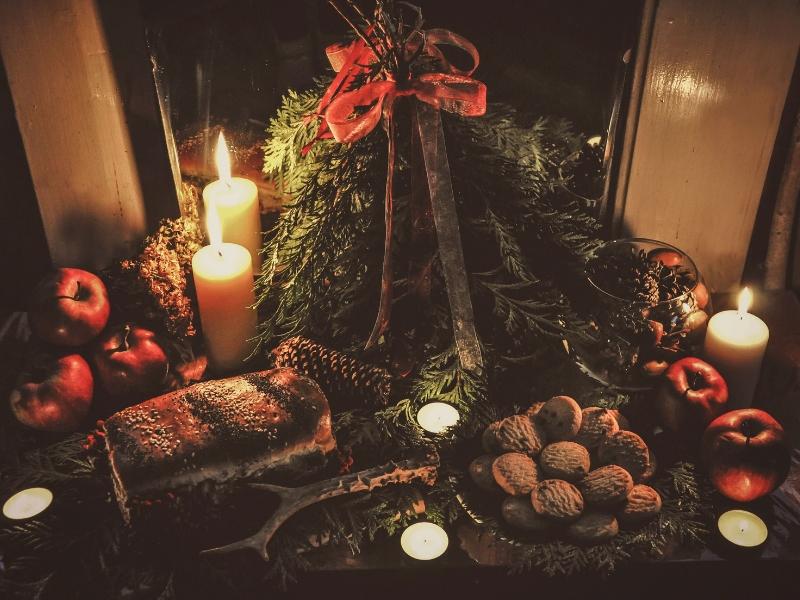 Klasická vánoční dekorace s chvojím, svícemi a pečivem