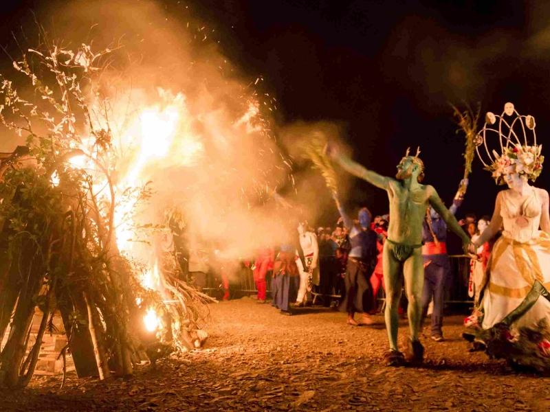 Tradiční oslavě Beltane na britských ostrovech vévodí opstava Májové královny a Zeleného muže