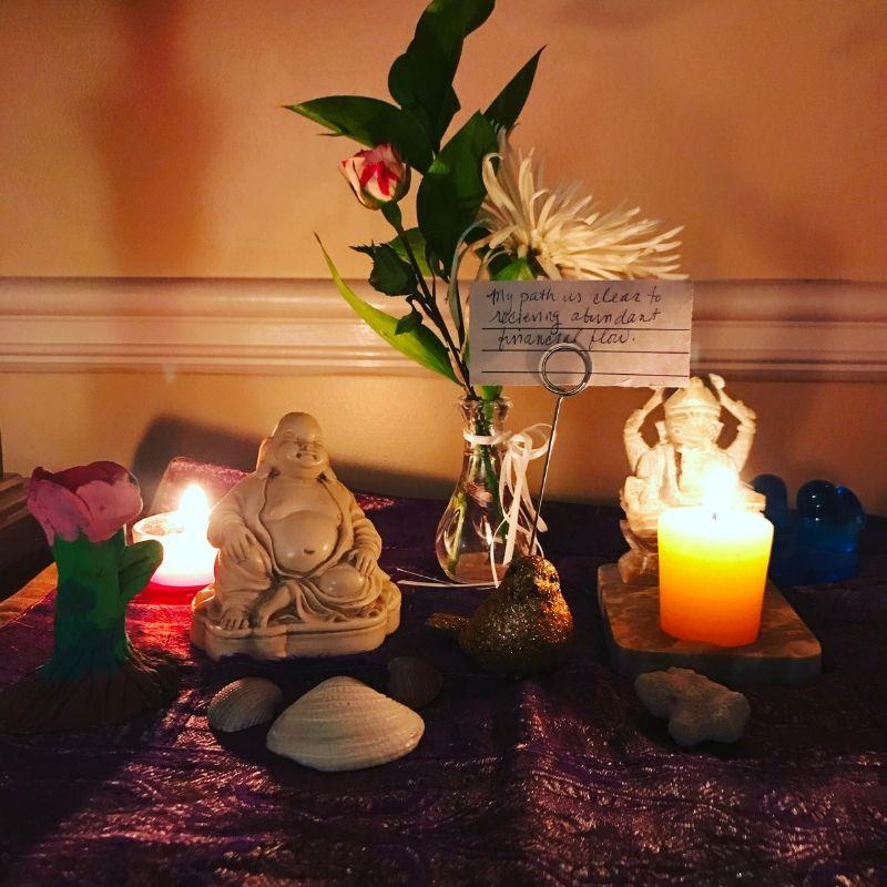 Domácí oltář prosperity s květinami a božstvy